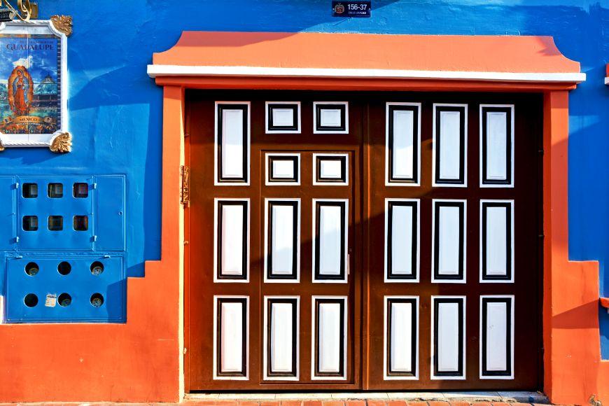 Pestrofarebná koloniálna ulička v Ekvádore ako inšpirácia pre vaše bývanie
