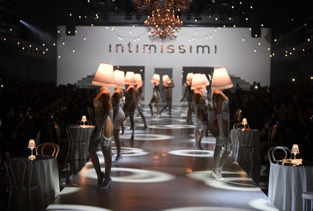 White Cabaret od Intimissimi: Tisíce svetiel, kabaretná atmosféra a zvodnosť sama