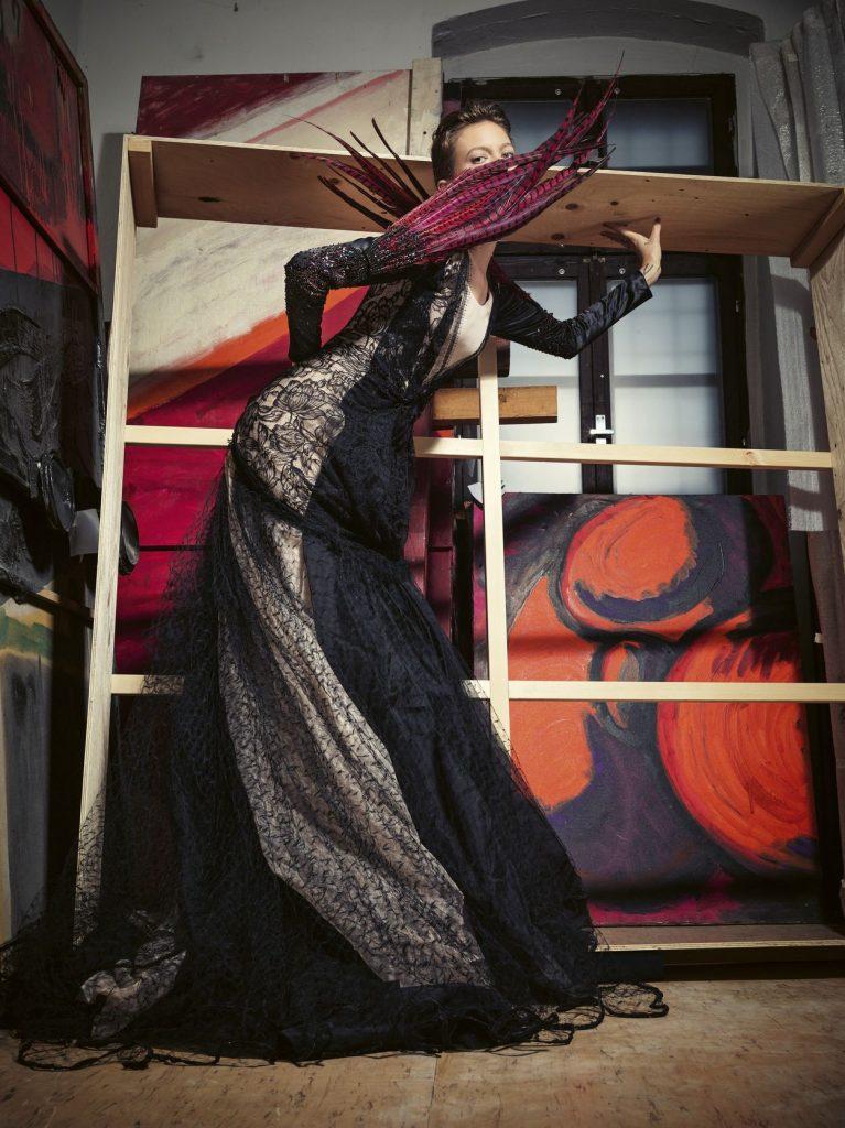 """""""Šaty sú súčasťou našej spoločenskej pamäte"""", rozhovor s kurátorkou výstavy Ó, šaty! Vierou Kleinovou o vzťahu módy a umenia"""