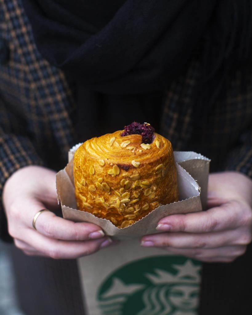 Raňajky v Starbucks s nadýchaným a voňavým pečivom