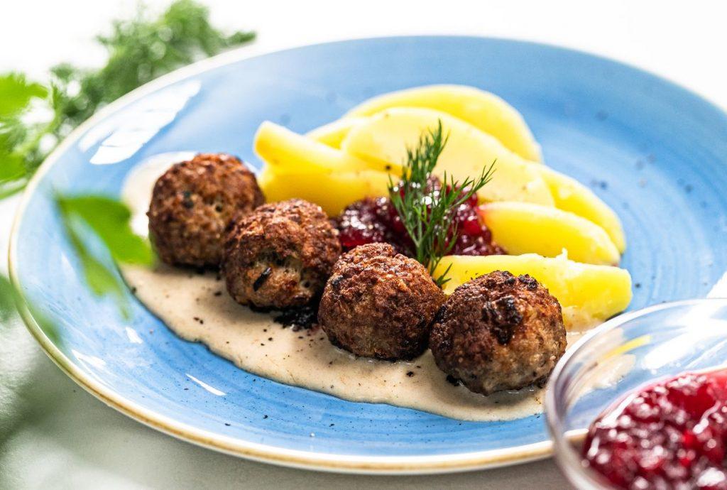 Švédska špecialita, ktorú zvládnete pripraviť aj doma: Mäsové guličky so zemiakmi a omáčkou