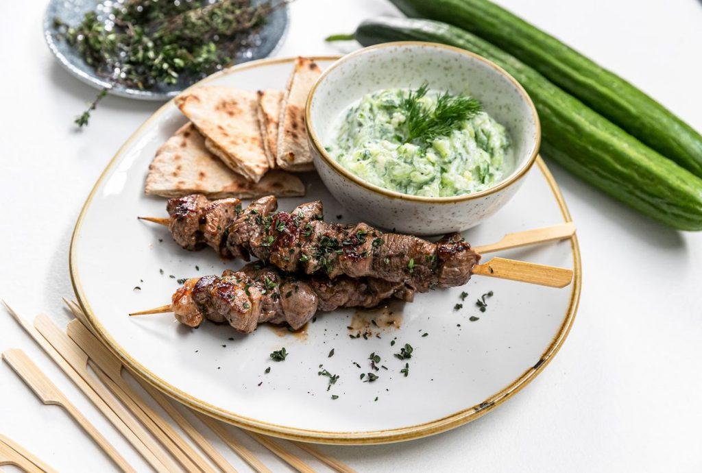 Letná delikatesa z Grécka: Souvlaki spitou a tzatziki