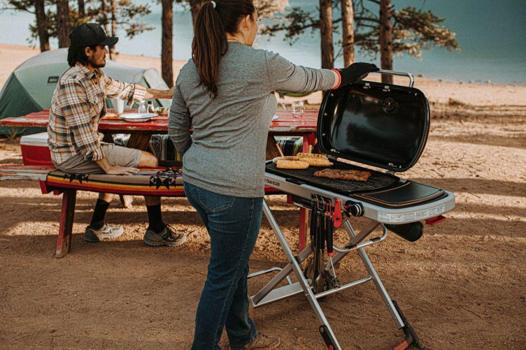 Tip na leto: S grilom veľkosti cestovného kufríka na kolieskach si okrem prírody vychutnáte aj grilované dobroty